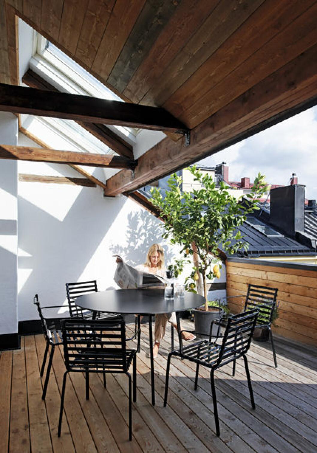 På Filippa Knutsson på terrassen fylld med stolar och bord.
