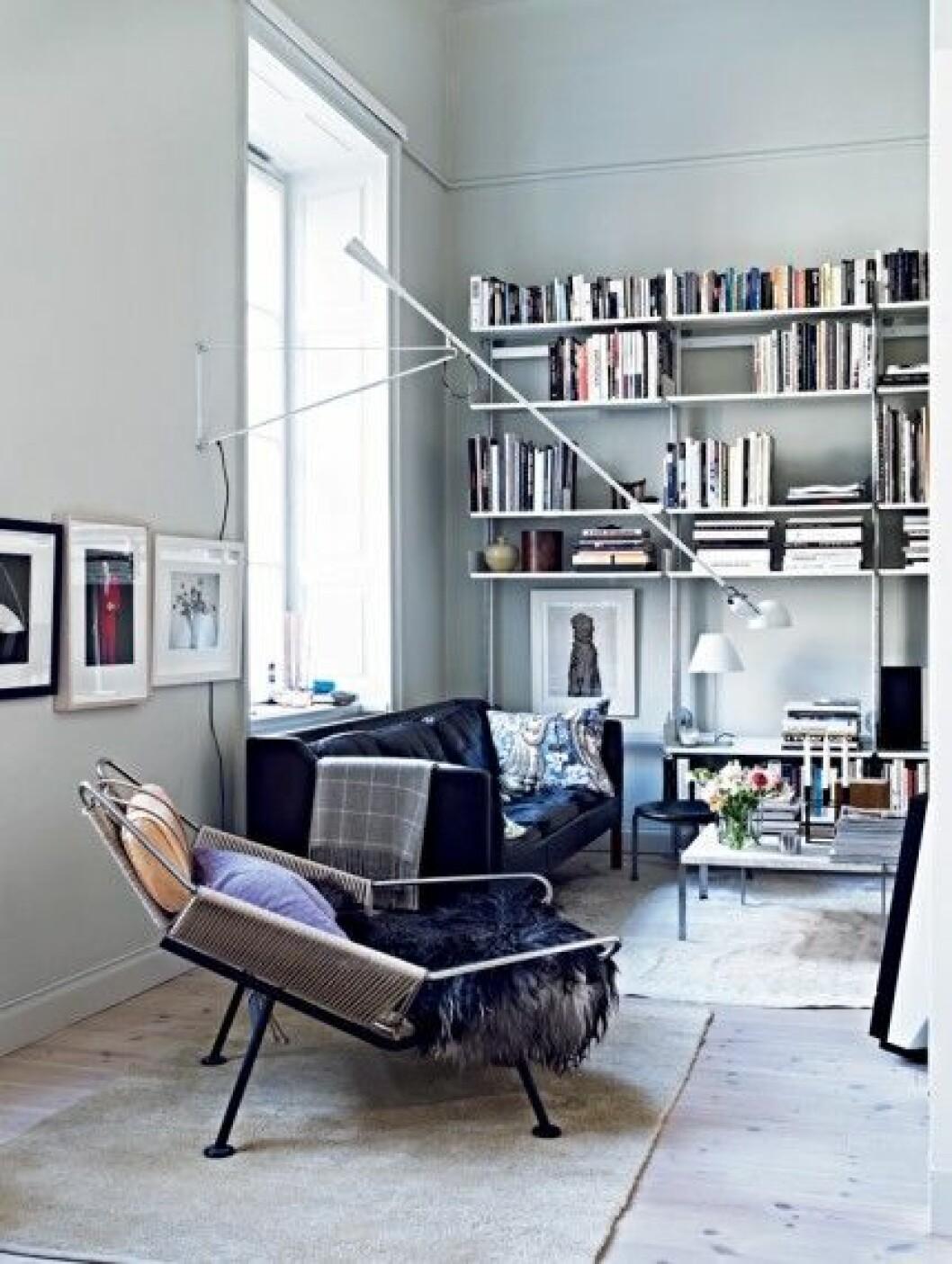Pa-klassisk-mark-vardagsrum,-bokhylla-2