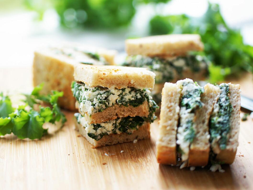 Snittar med grönkål och fetaoströra.