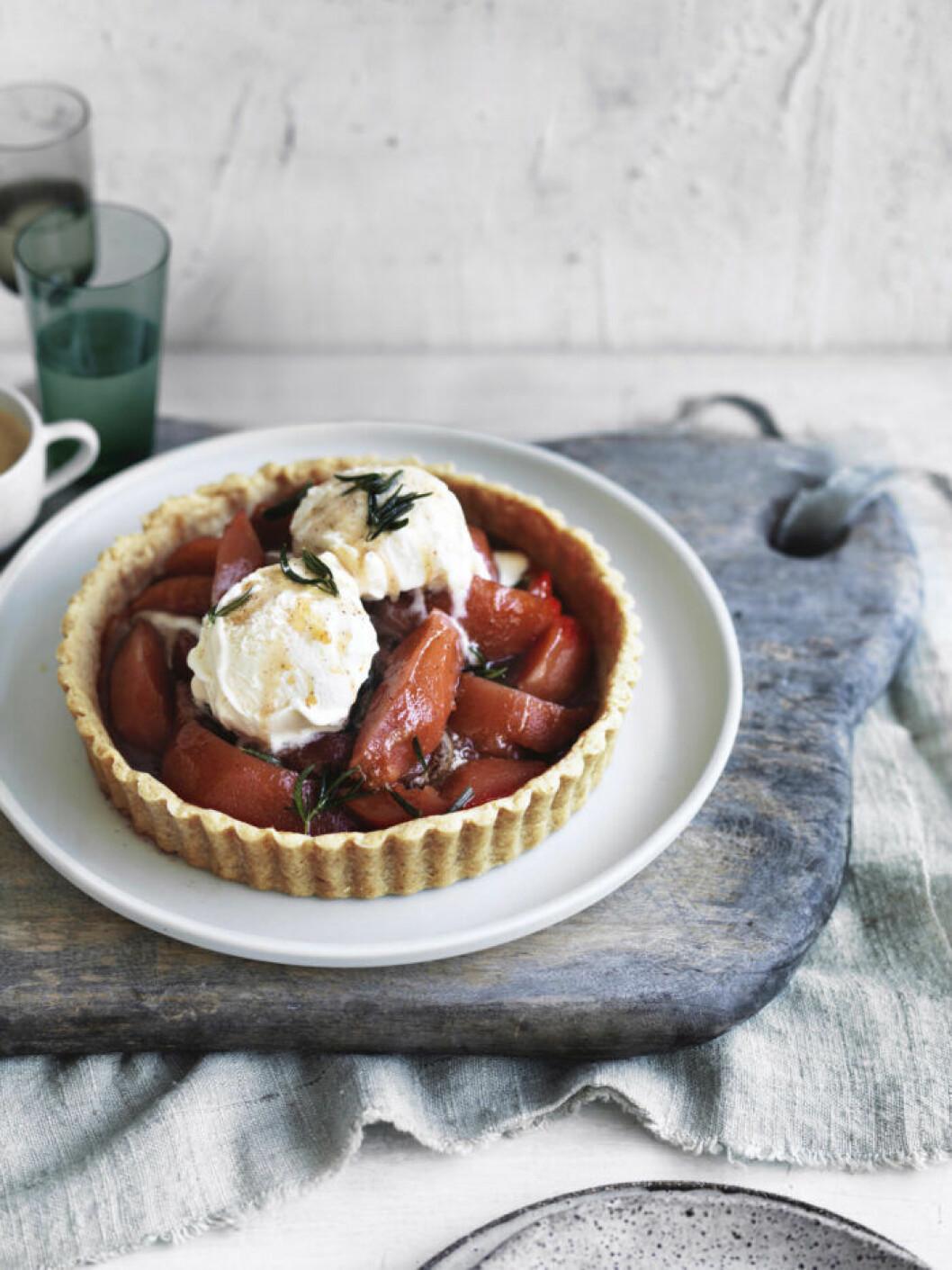 Recept på paj med rödvinspocherat äpple och brynt smör