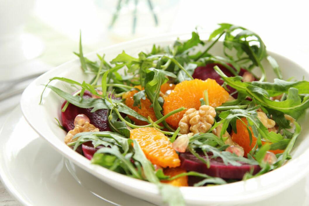 Pegansk sallad med grönsaker, rotfrukter, frukt och nötter.