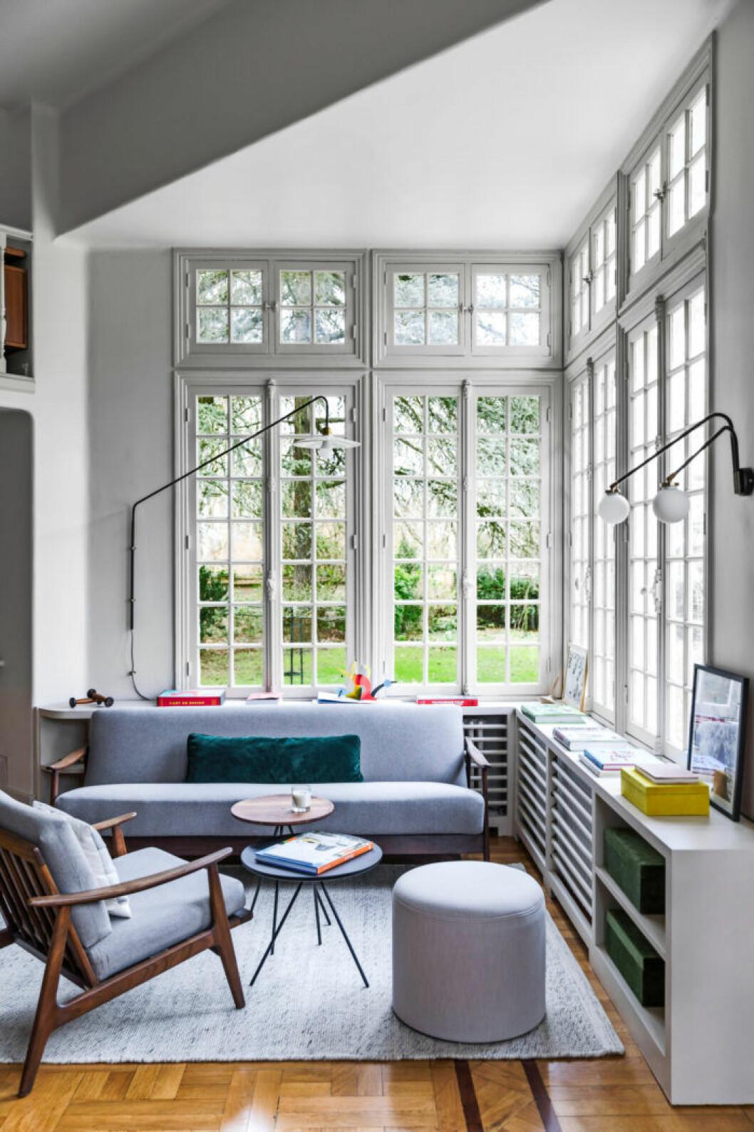 Himmelsblå soffa och fåtölj i hemmets hemmakontor