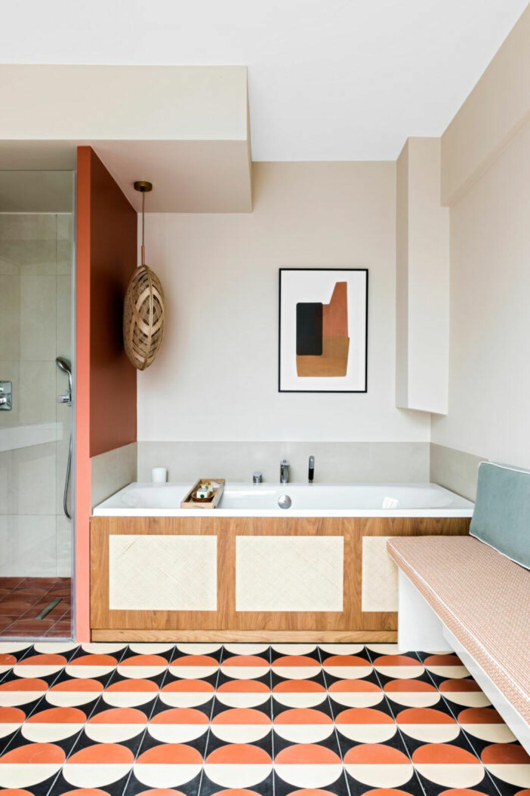 Badrum med golvplattor i geometriskt mönster som för tankarna till 60–talet