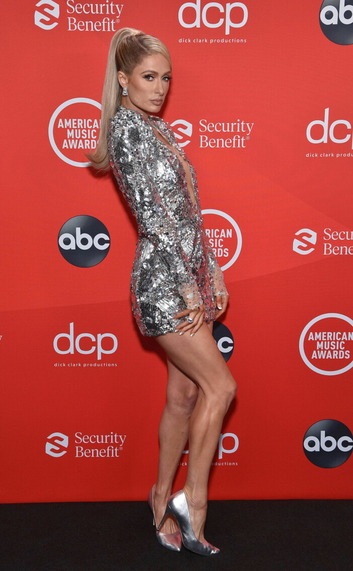 Paris Hilton på röda mattan på AMA 2020
