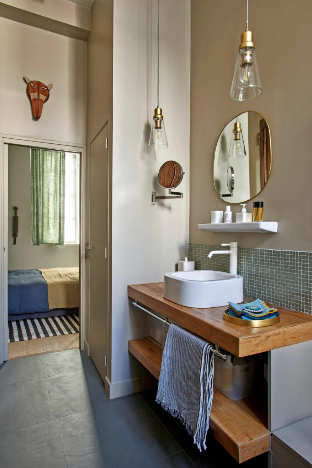 Stilrent badrum i avskalad färgskala hemma hos designern Pierre de Gastines i Paris