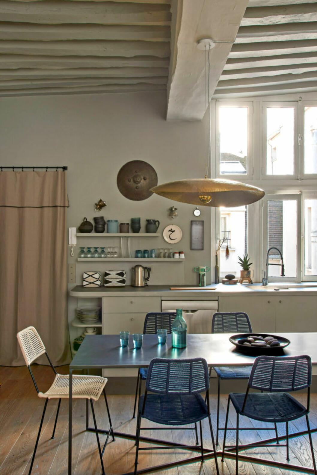 Köket går i naturnära toner med spännande detaljer hemma hos designern Pierre de Gastines i Paris