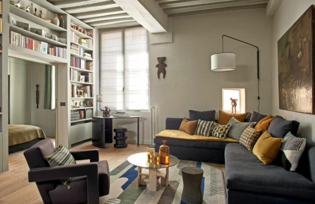 Ombonat vardagsrum med dova färger hemma hos designern Pierre de Gastines i Paris