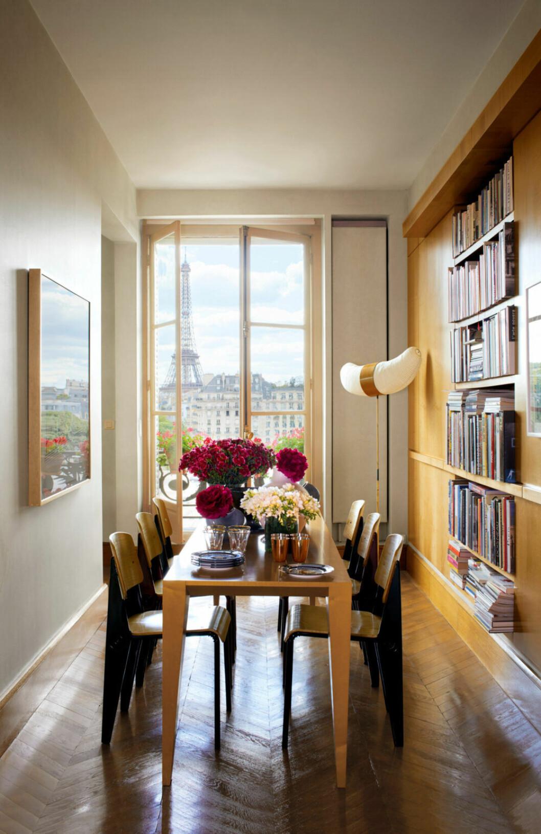 Matplats i trä med utsikt mot Eiffeltornet i Paris