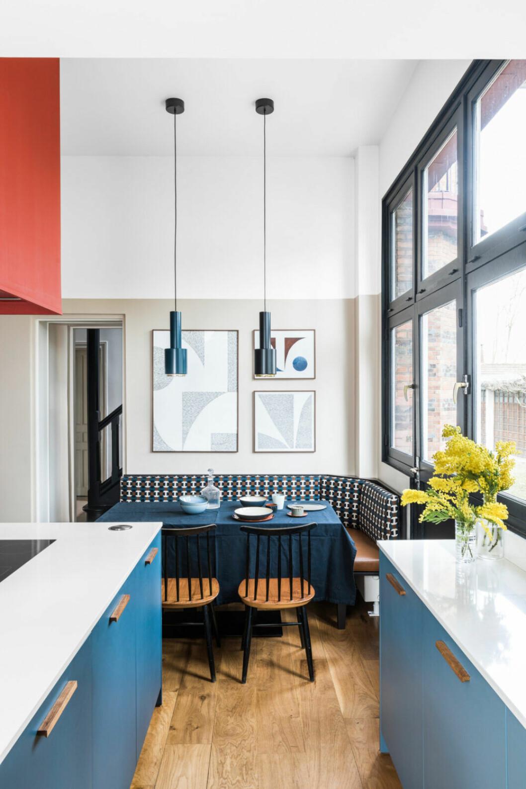 Köket går i flera nyanser av blått med blåa köksskåp, blå belysning och blåa bord