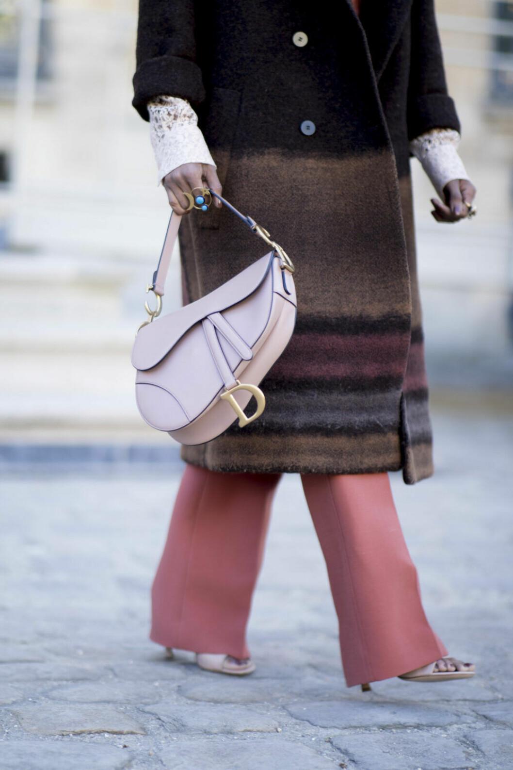 Streetstyle Paris FW, rosa väska från dior.