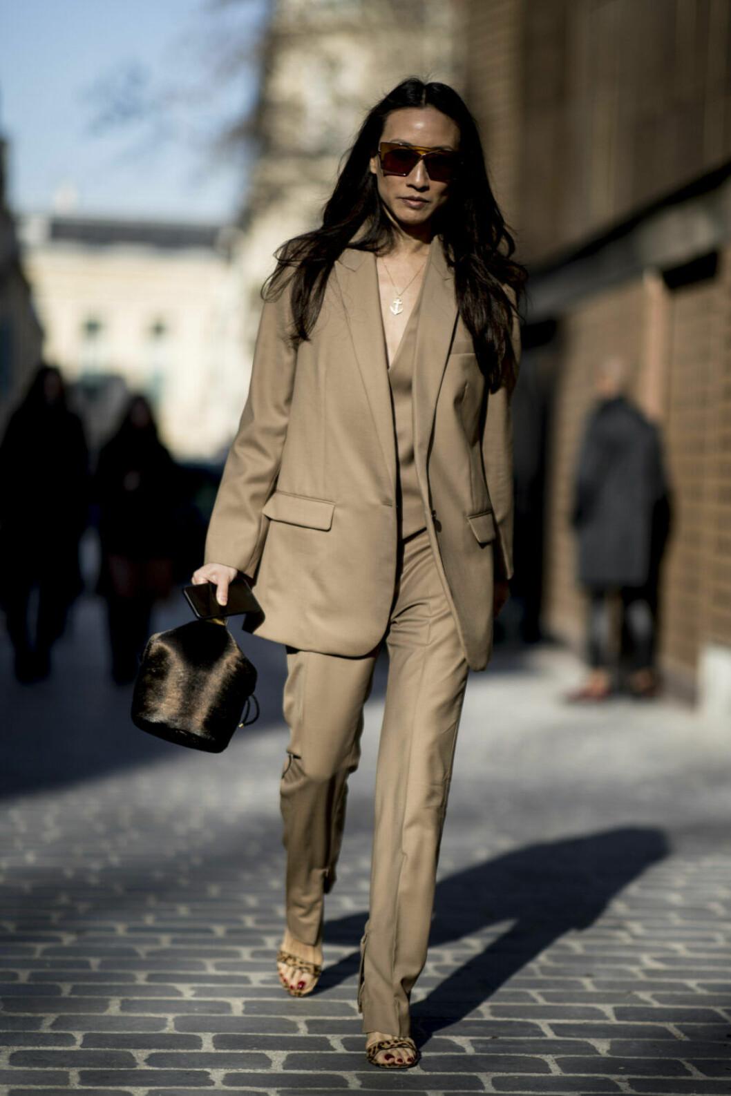 Streetstyle Paris FW, kostym i beige från topp till tå.