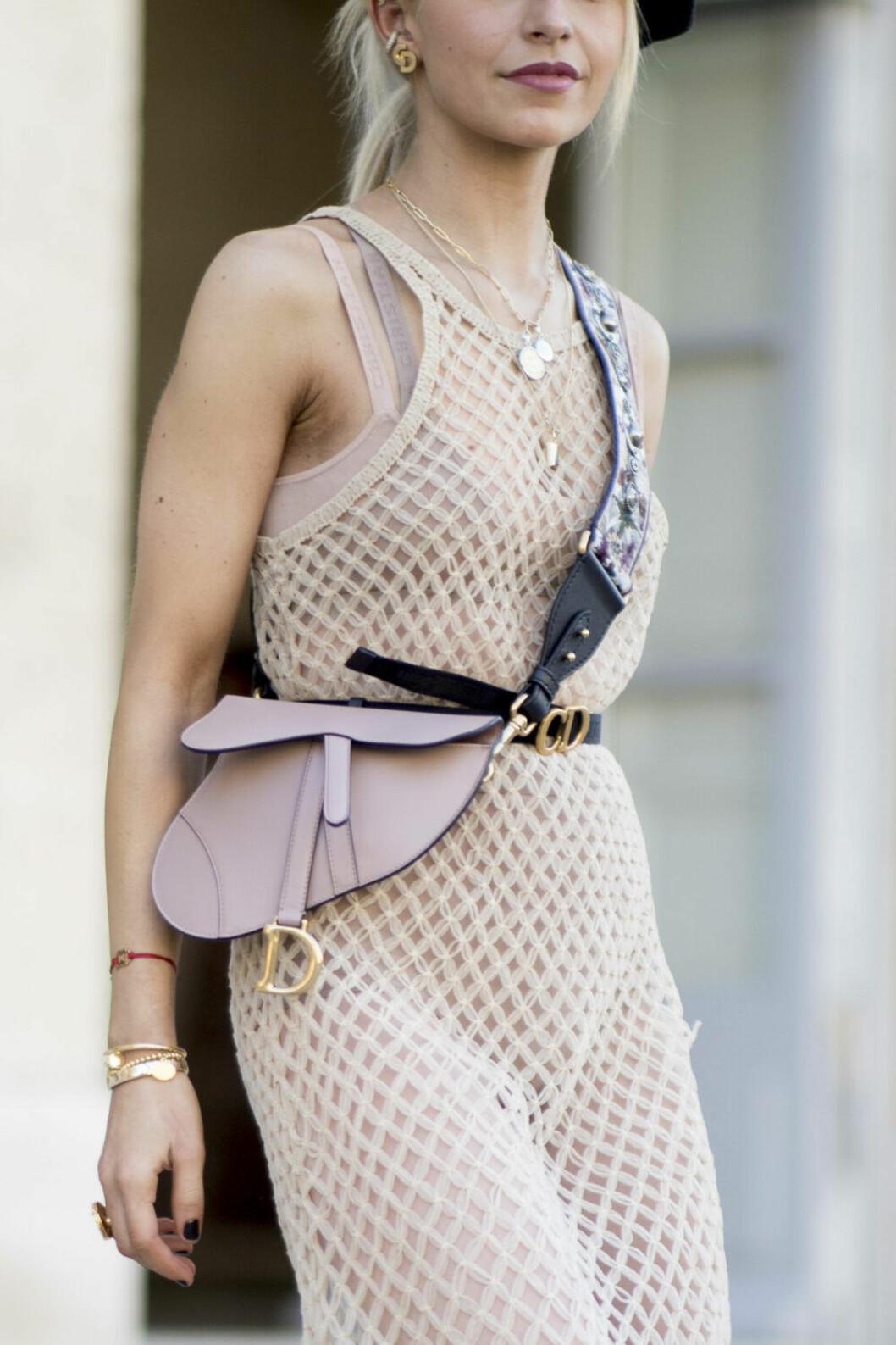 Streetstyle Paris FW, nätklänning och väska från dior.