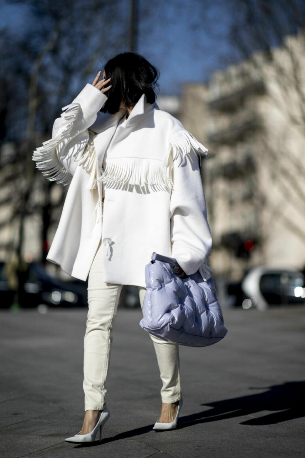 Streetstyle Paris FW, vit kappa med fransar.