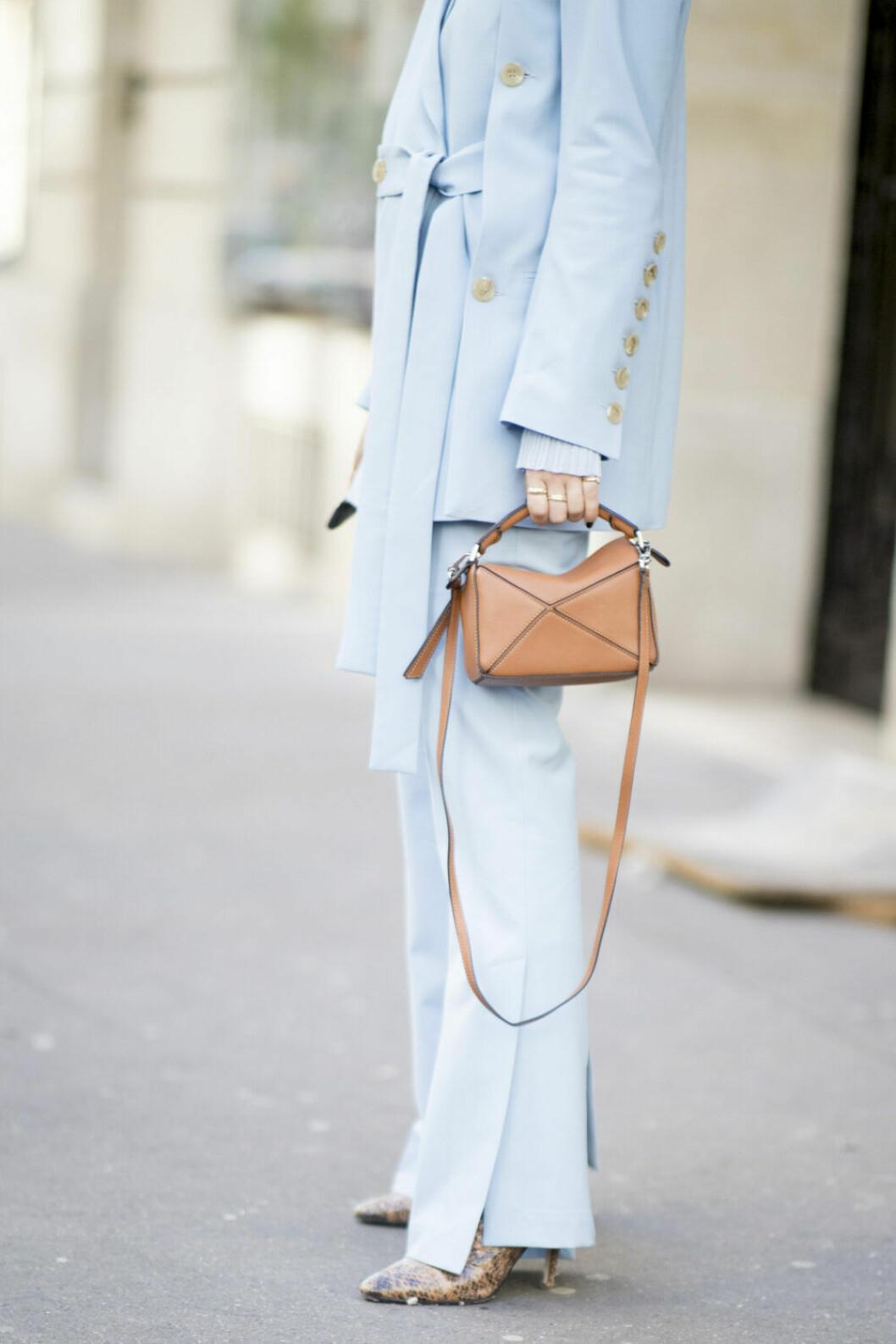 Streetstyle Paris FW, ljusblå kostym och väska från Loewe.