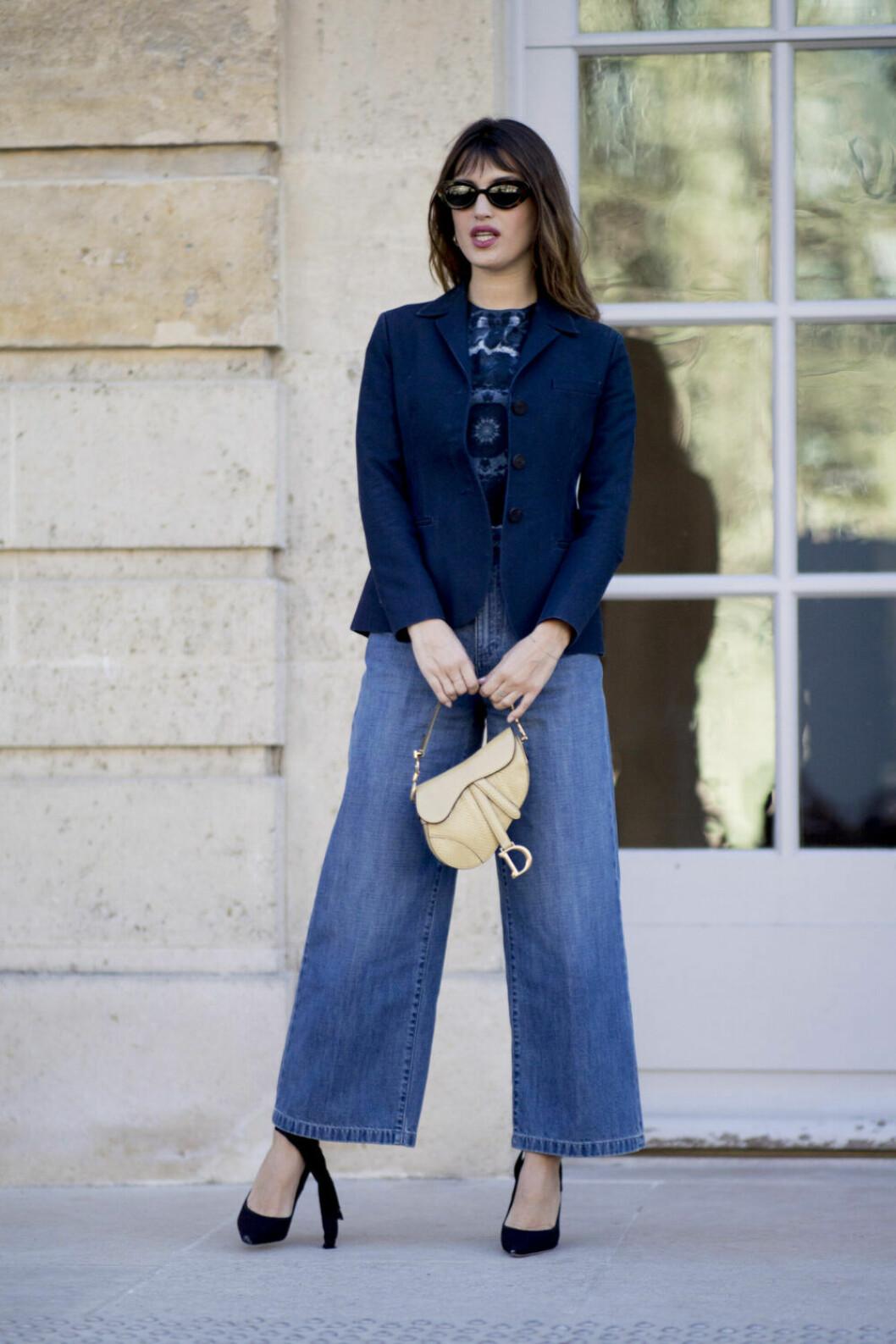 Streetstyle Paris FW, kvinna i jeans och väska från Dior.