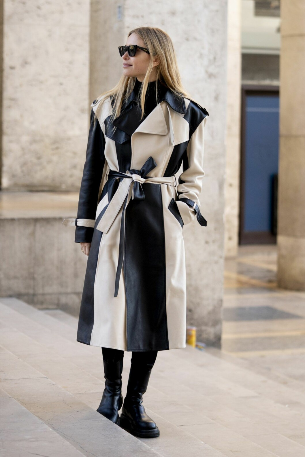 Beige trench med läder Streetstyle Paris Fashion Week AW20.