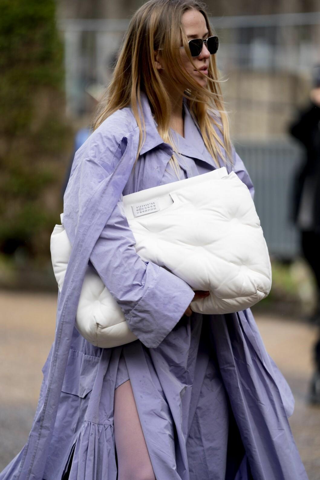 Streetstyle Lila kappa och vit väska Paris Fashion Week AW20.