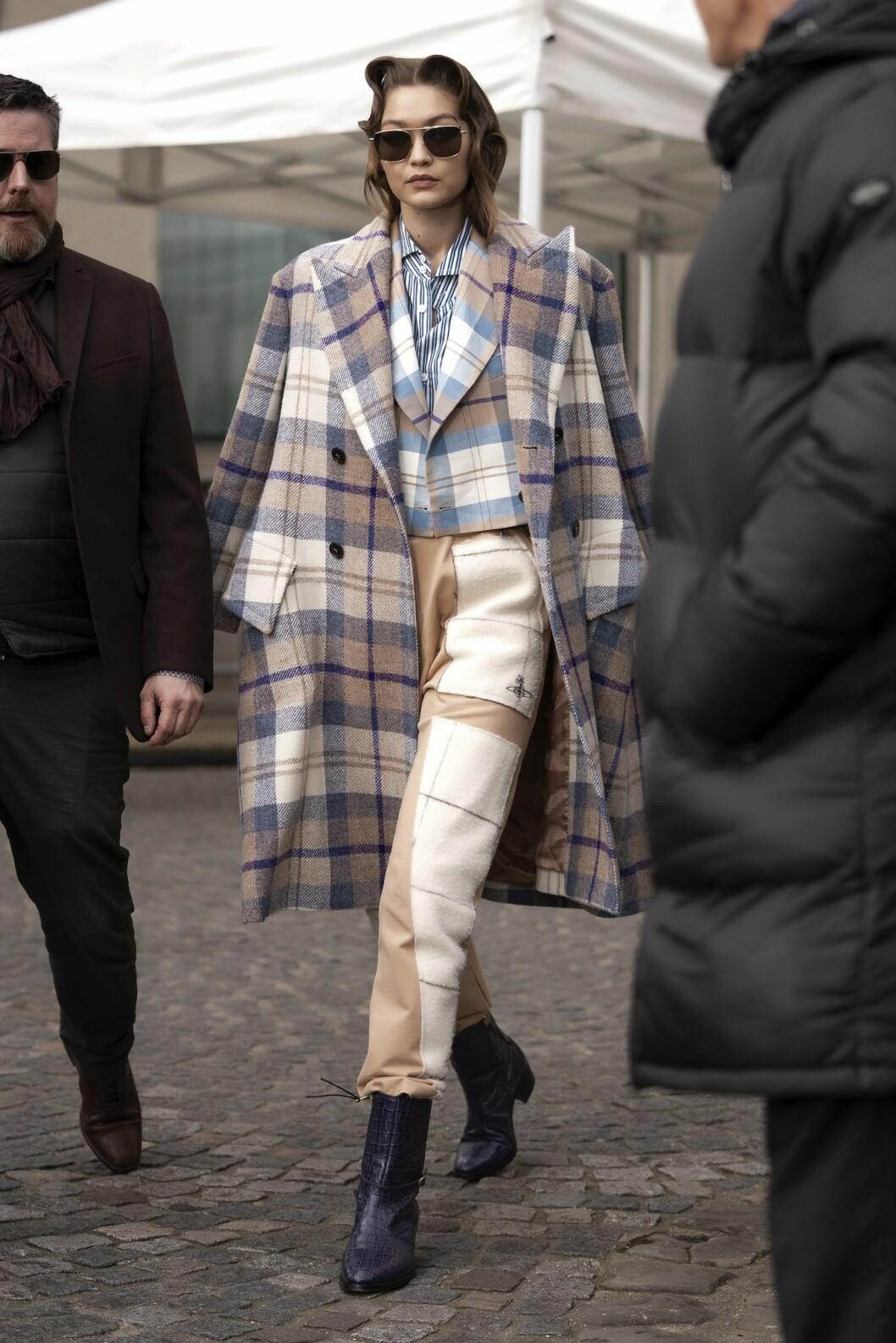 Gigi Hadid fångad på streetstyle under Paris Fashion Week.
