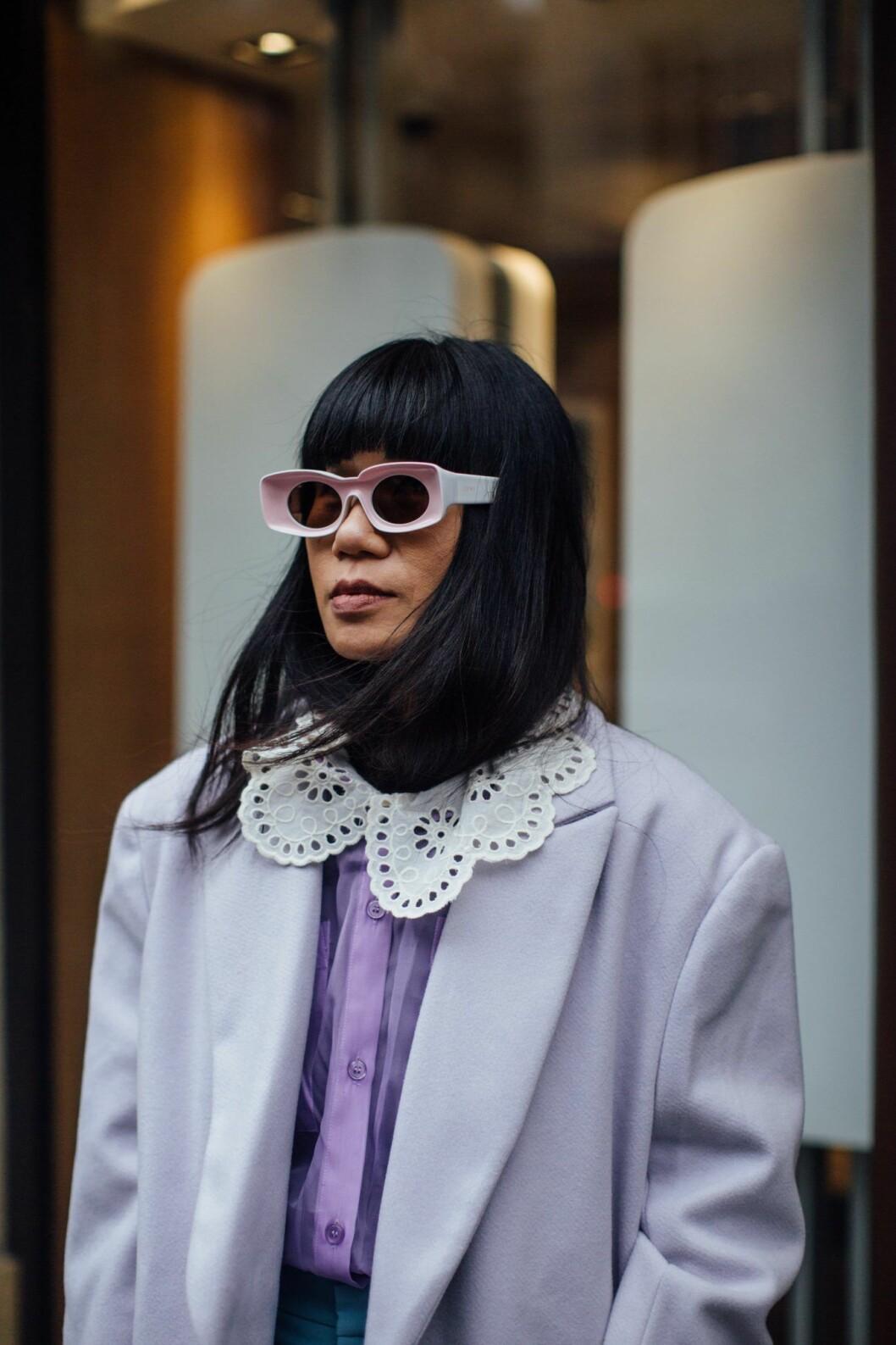 blus med krage i lila Streetstyle Paris Fashion Week AW20.
