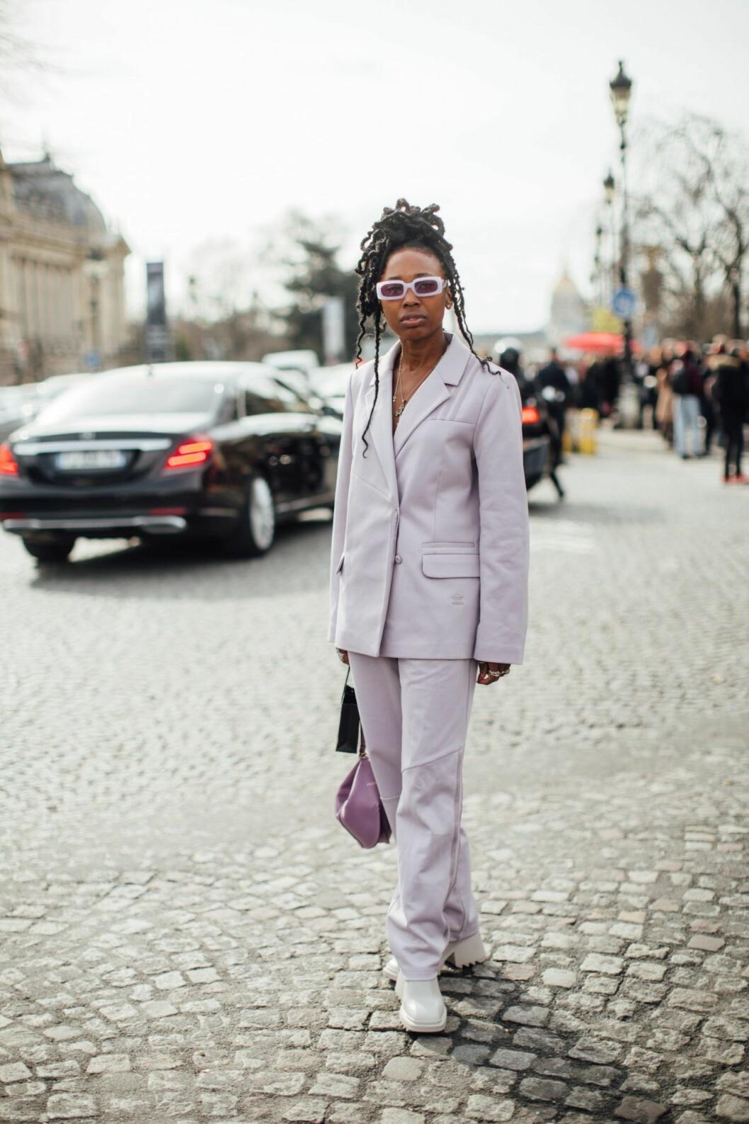 Lavendellila kostym från streetstyle från Paris Fashion week.