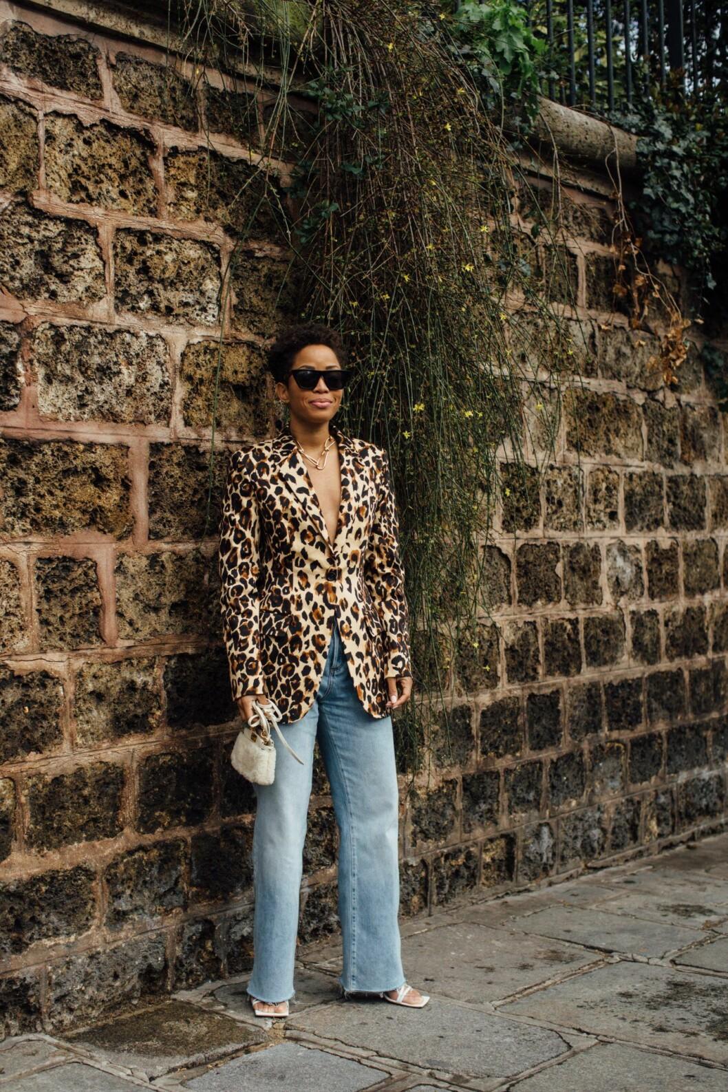 Leopardkavaj streetstyle Paris Fashion Week.