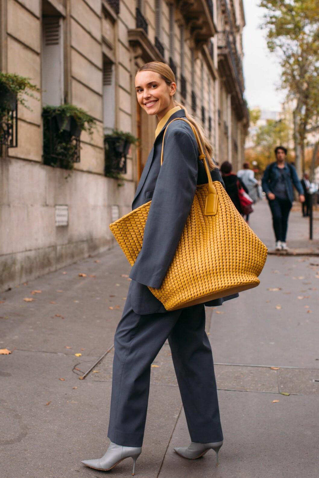 Pernille Teisbaek med en extra stor variant av toteväskan från Bottega Veneta under modeveckan i Paris.