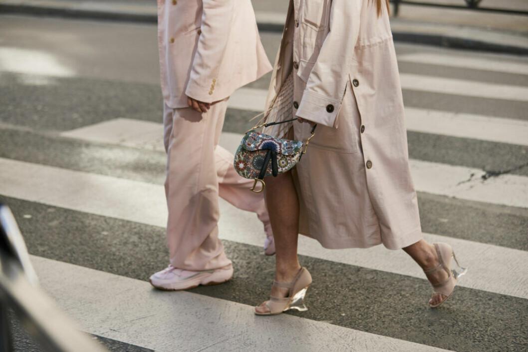 Streetstyle Paris FW, två rosa outfits.