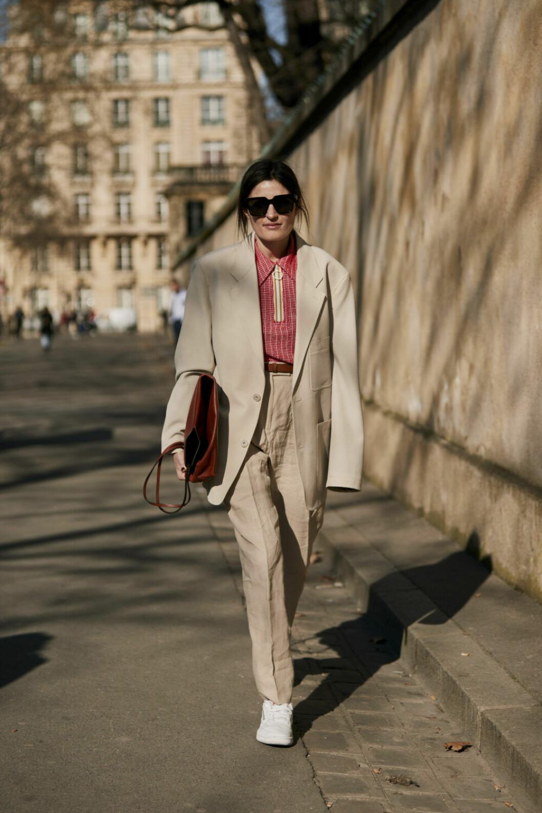Streetstyle Paris FW, beige kostym och röd tröja.