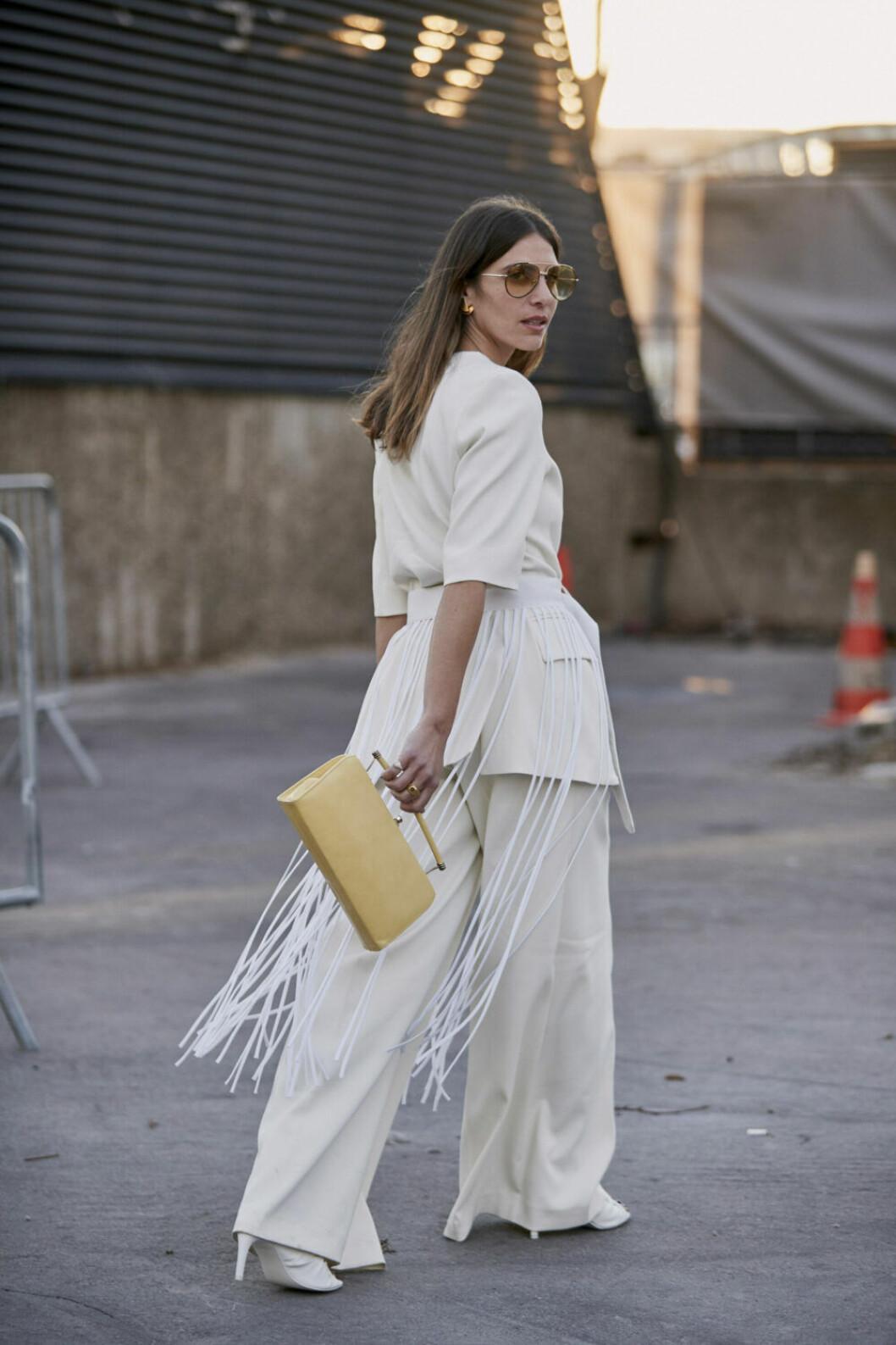 Streetstyle Paris FW, kvinna i vit outfit med gul väska.