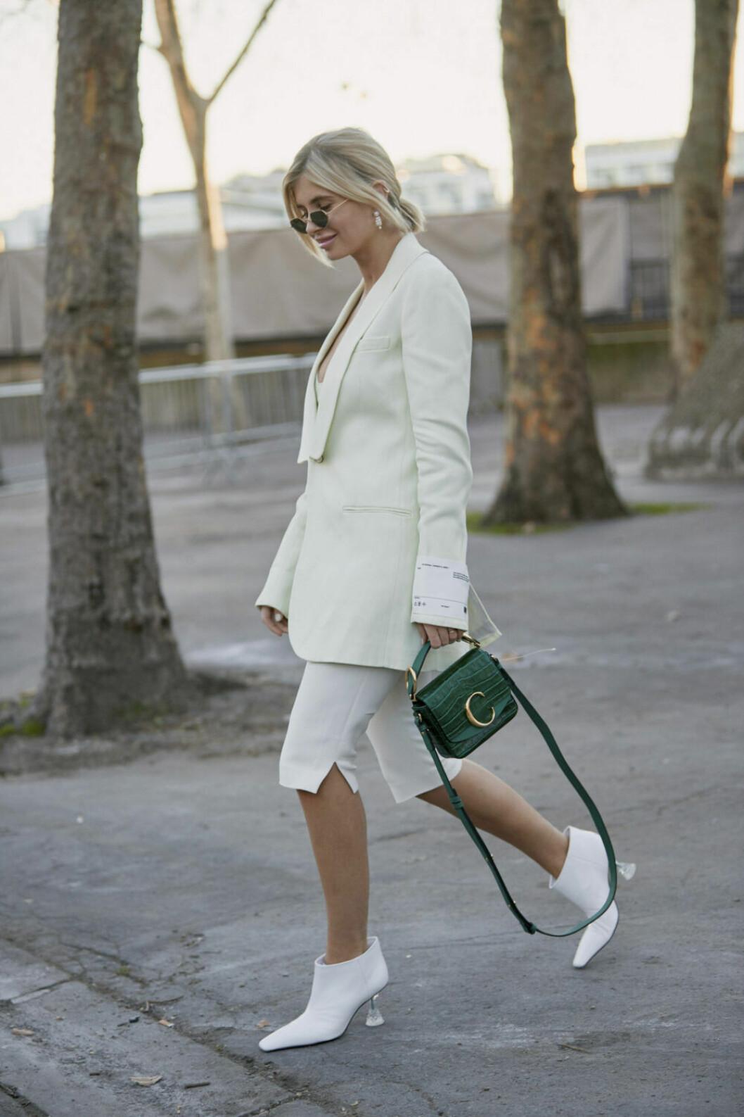 Streetstyle Paris FW, vit look med grön väska.
