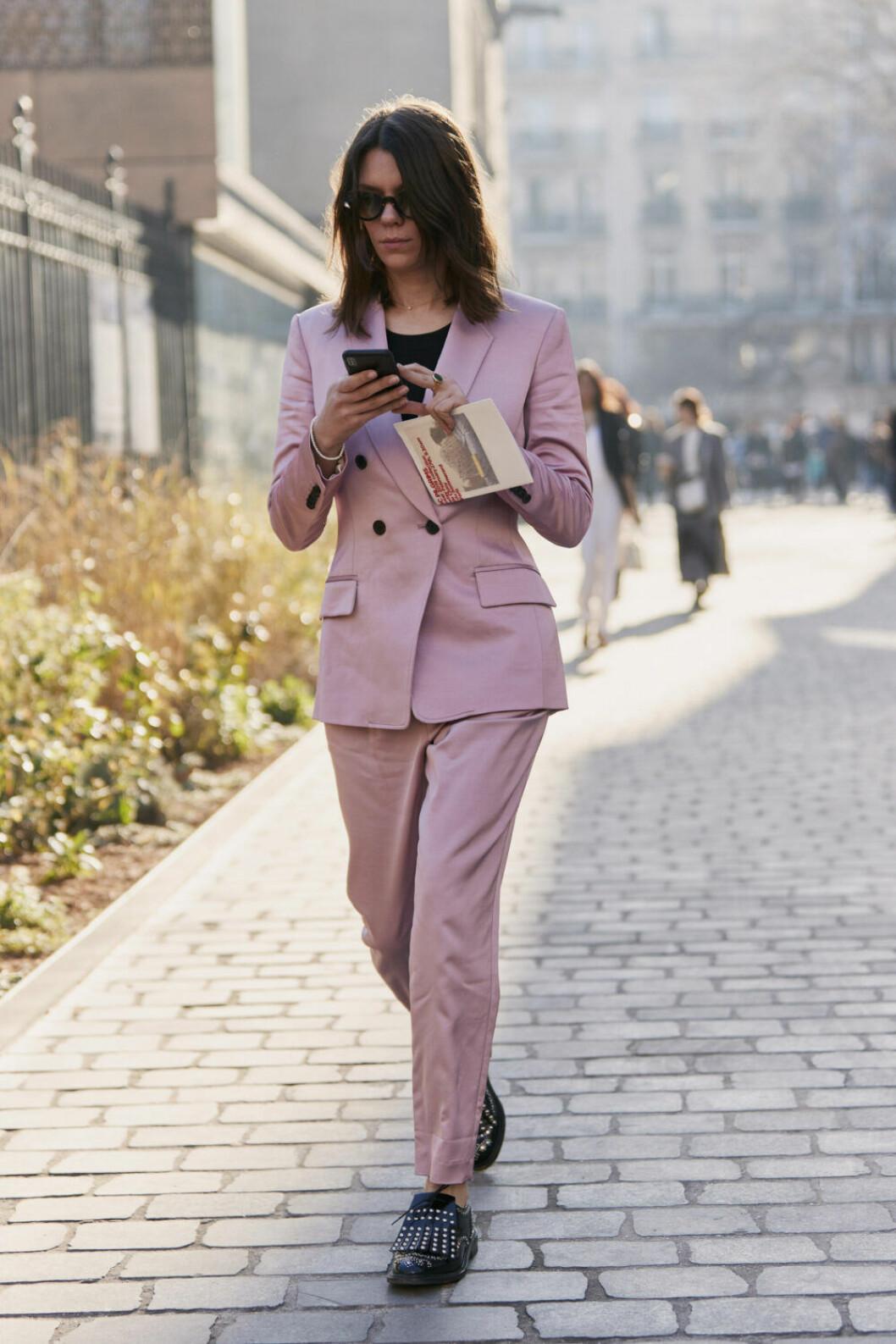 Streetstyle Paris FW rosa kostym.
