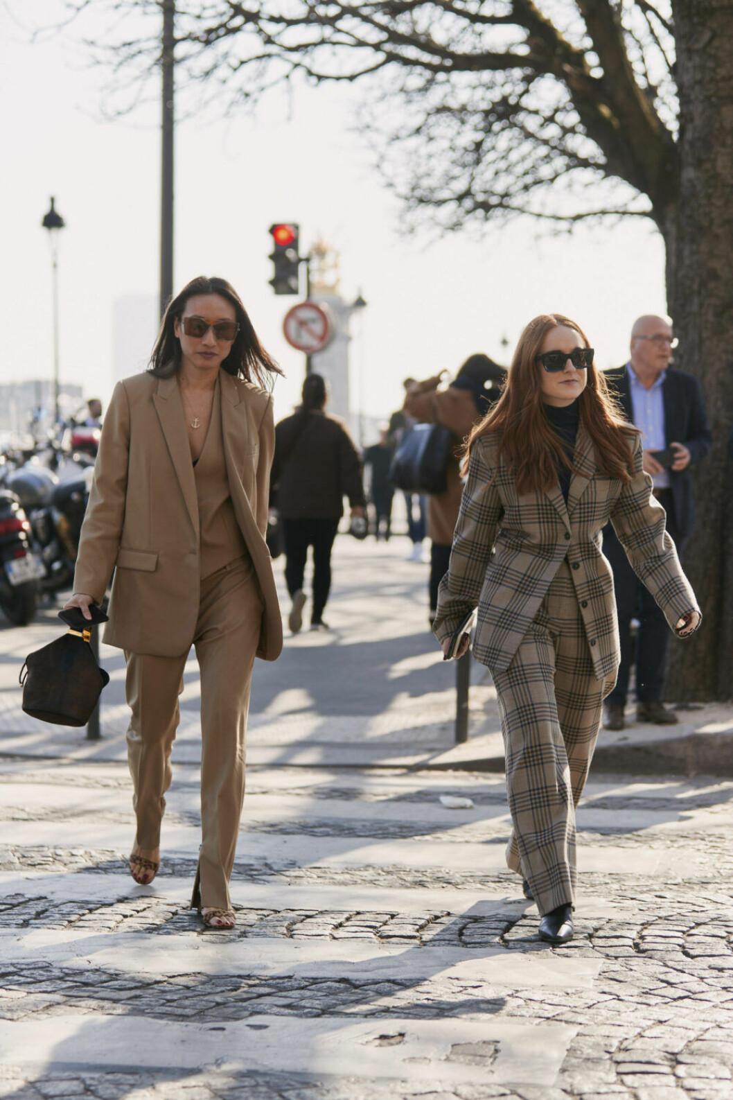 Streetstyle Paris FW, två kvinnor i kostymer.