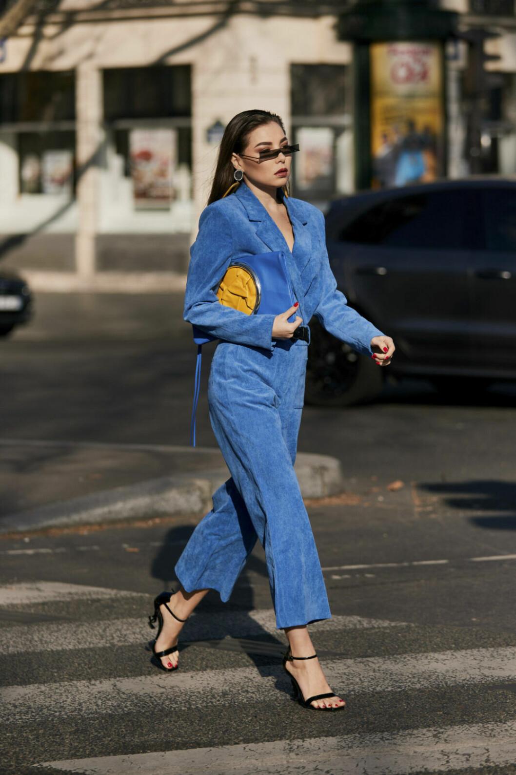 Streetstyle Paris FW, blått set och gul väska.