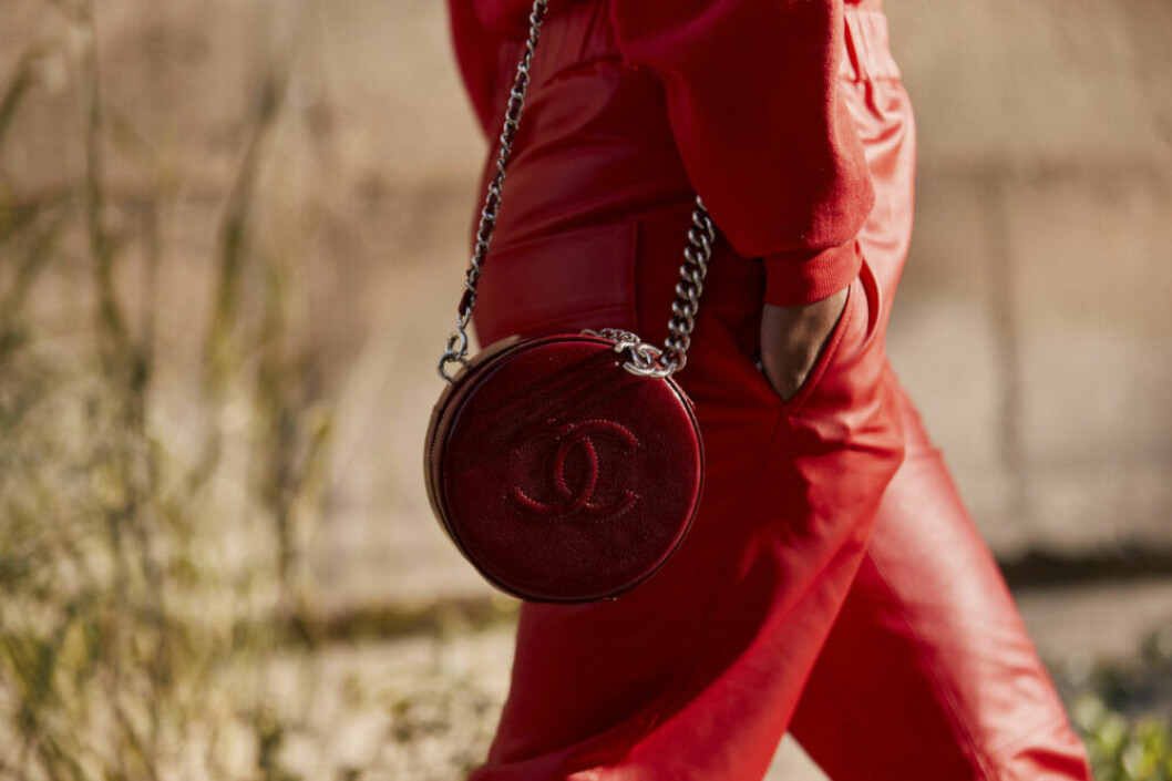 Streetstyle Paris FW, detalj på röd väska från Chanel.