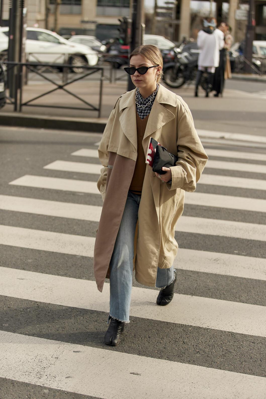 Streetstyle-look med denim och trenchcoat i fokus.