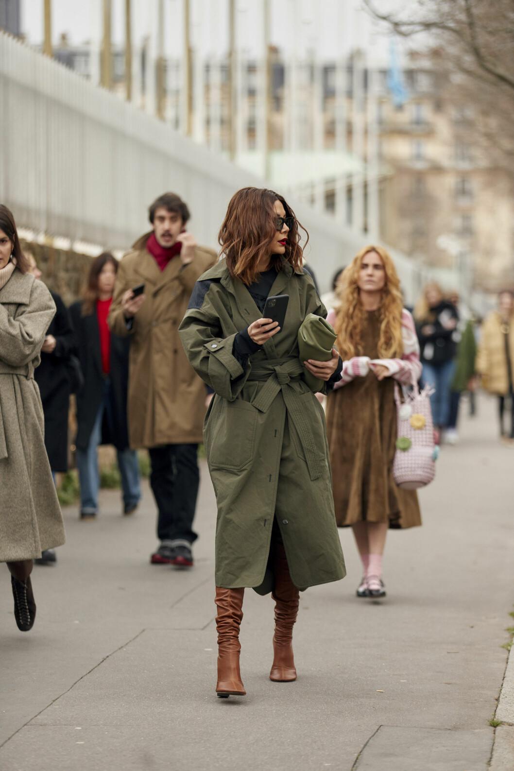 Streetstyle-look med trenchcoat i snygg kombination med grönt och brunt.