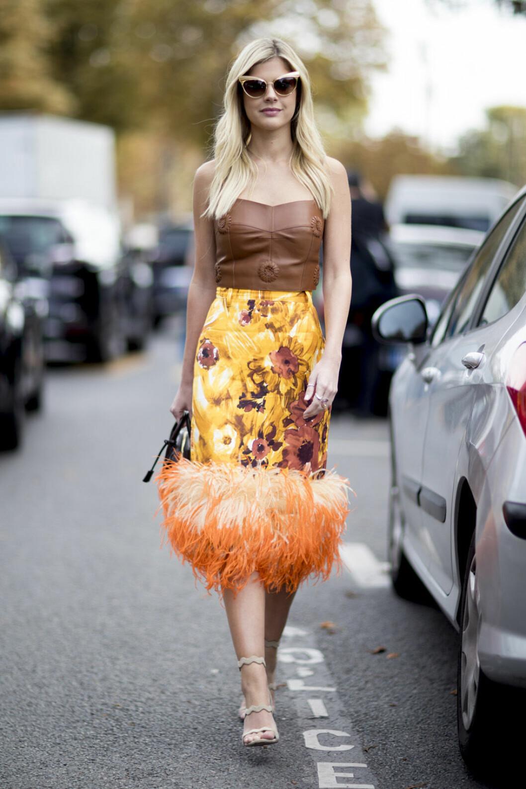 Gul kjol med fjädrar.