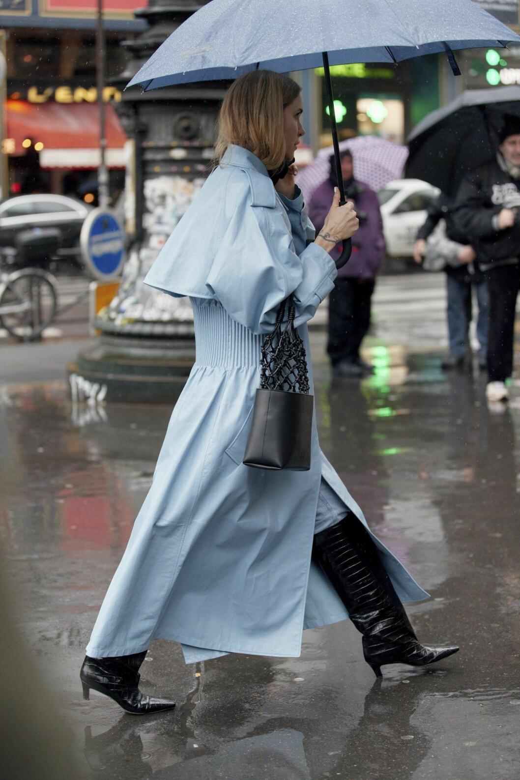 Blå trenchcoat Streetstyle Paris Fashion Week AW20.