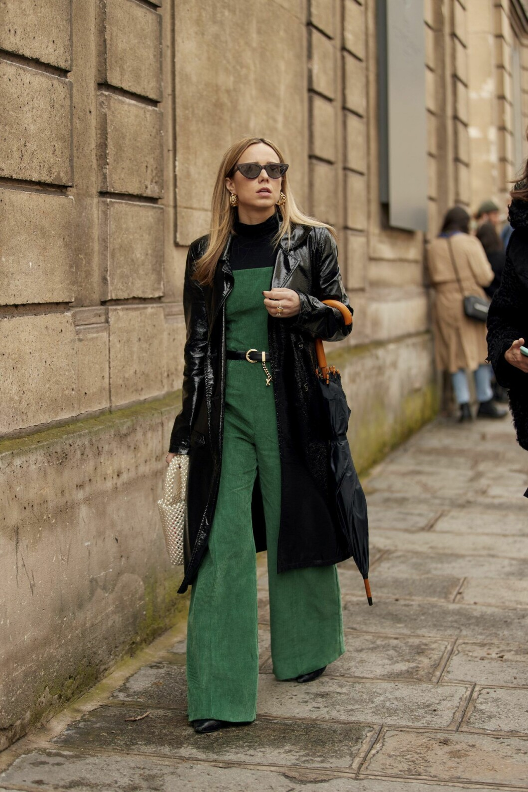 Svart kappa och grön jumpsuit Streetstyle Paris Fashion Week AW20.