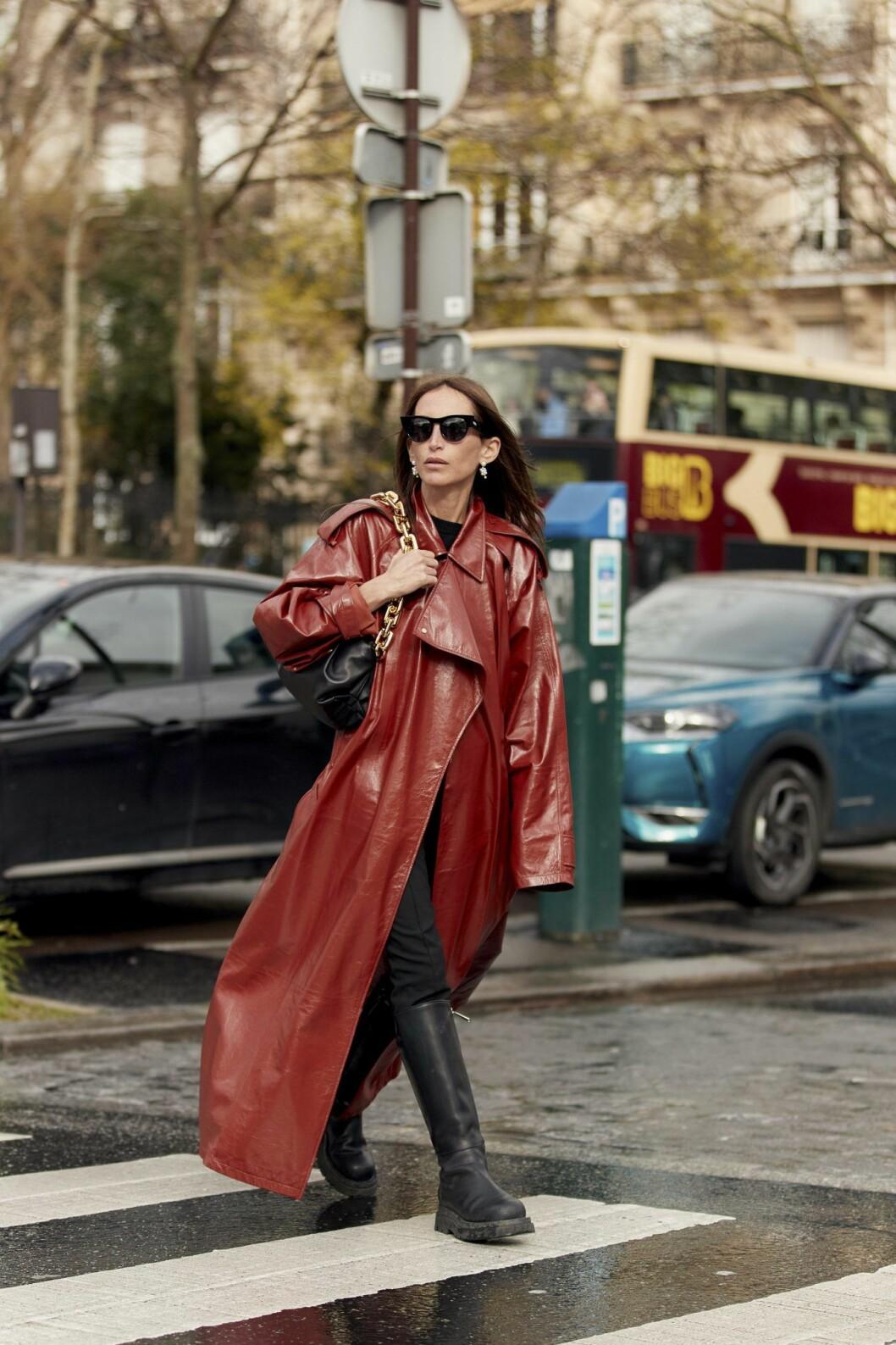 Röd skinntrenchcoat Streetstyle Paris Fashion Week AW20.