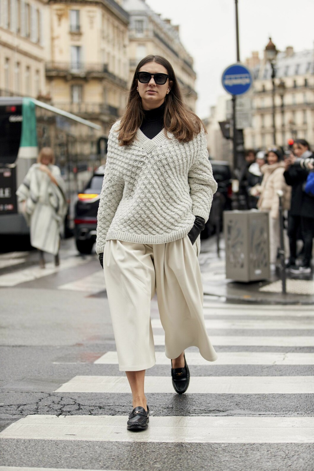 Svart polotröja och vit stickad look Streetstyle Paris Fashion Week AW20.