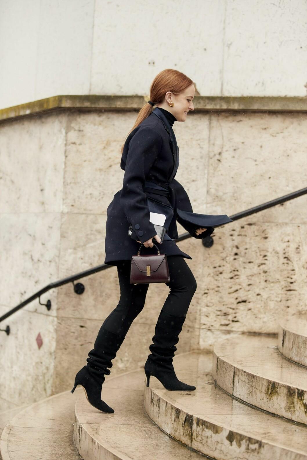Look med svart polo Streetstyle Paris Fashion Week AW20.