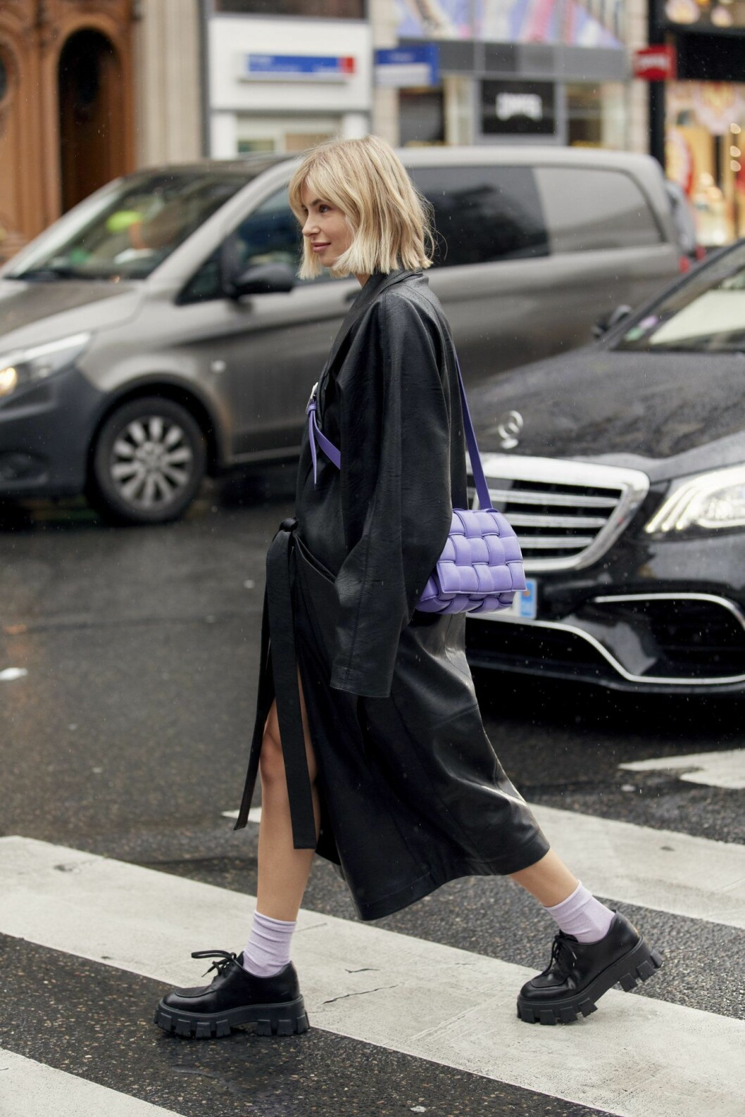 Lila väska från Bottega Veneta Streetstyle Paris Fashion Week AW20.