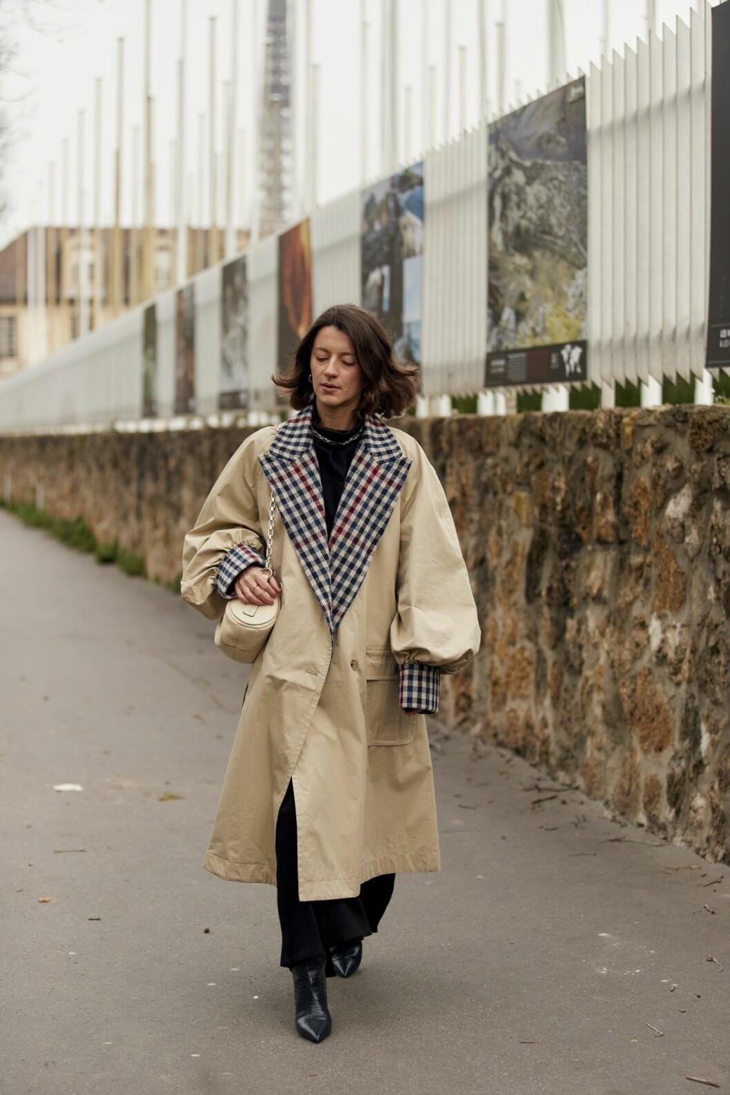 Trenchcoat med rutmönstrade detaljer Streetstyle Paris Fashion Week AW20.