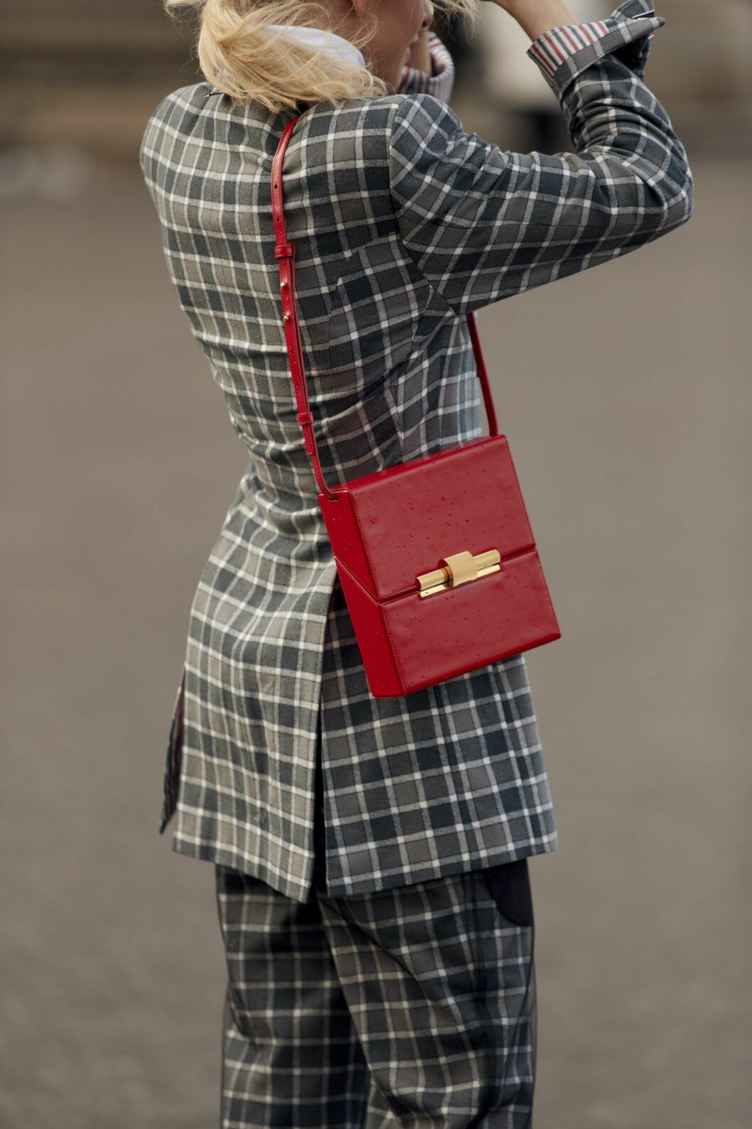 Rutig kostym streetstyle Paris fashion week.