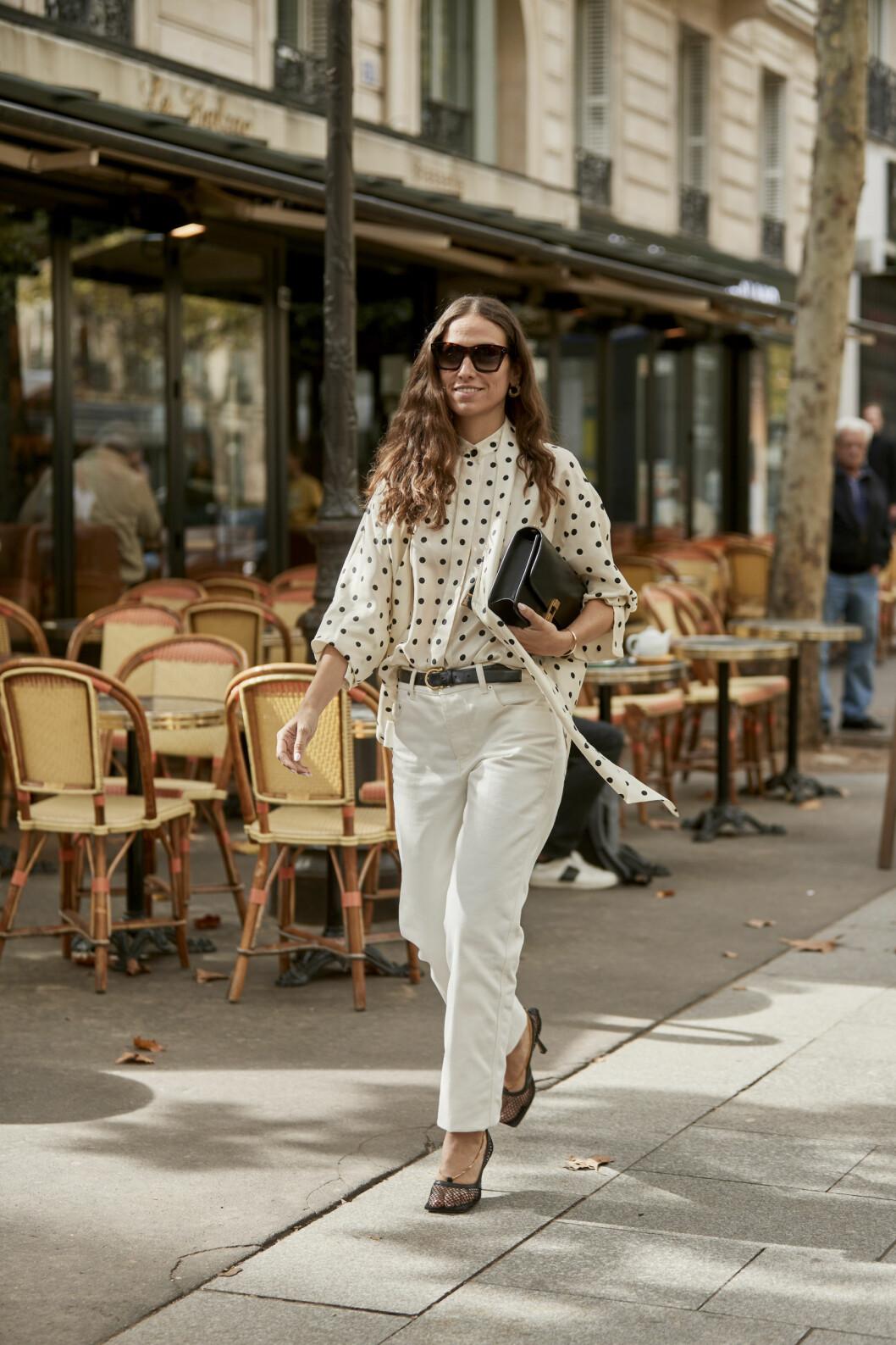 Streetstyle-inspiration med fin vårlook med prickig blus och vita jeans.
