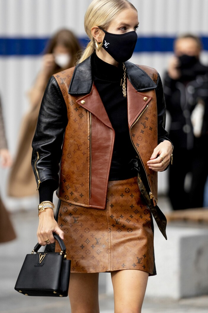 Leonie Hanne i en brun läderväst med matchande läderkjol