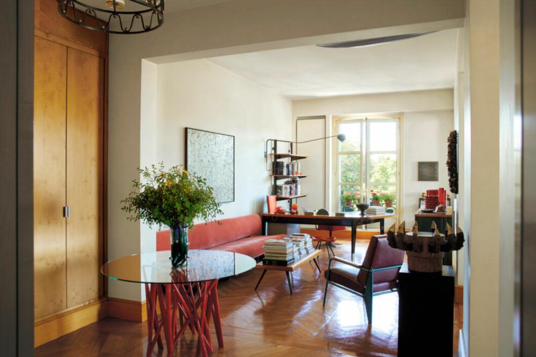 Vardagsrum med trägolv, växter och färgglada detaljer i Paris