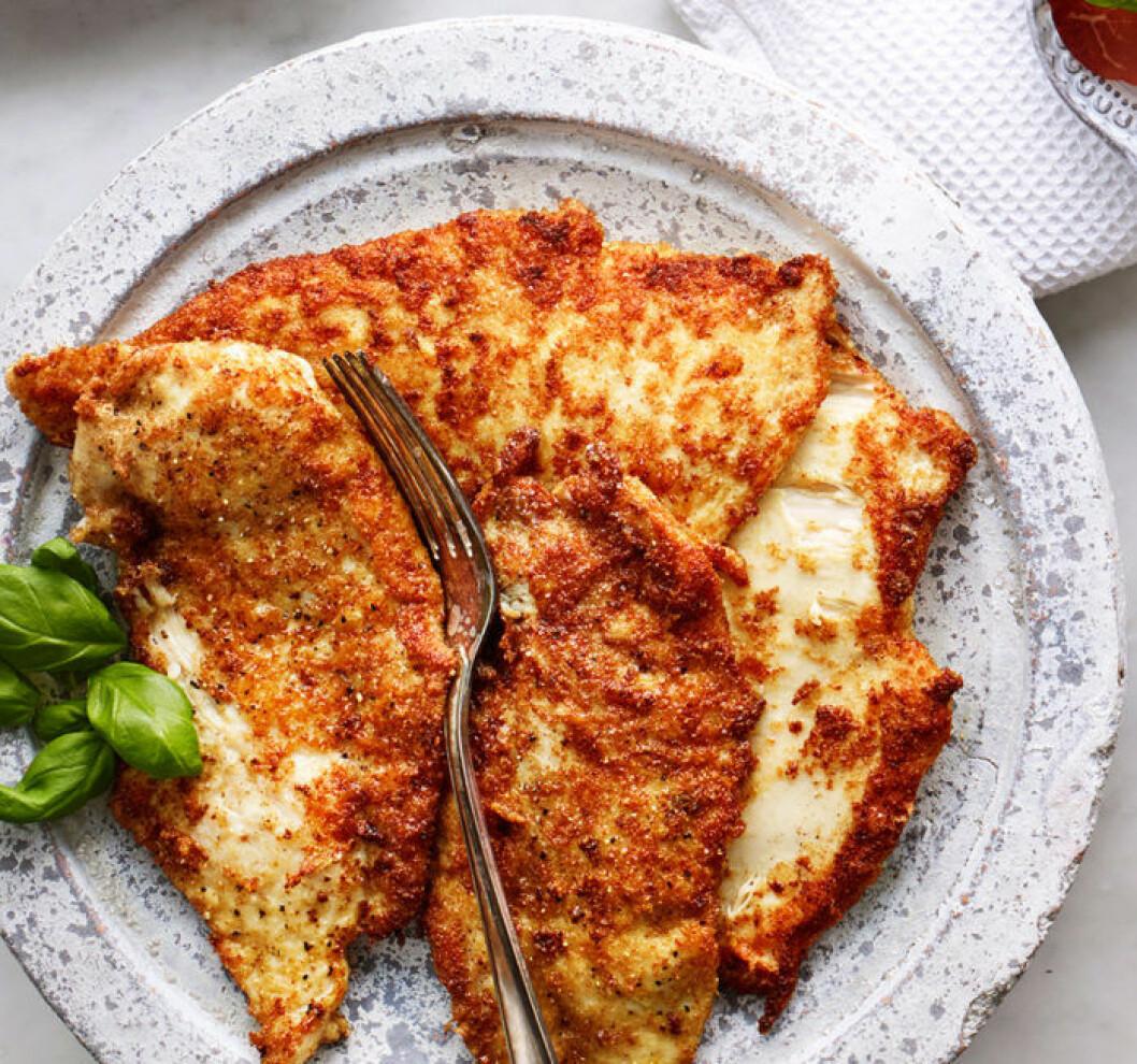 Parmesanpanerad kycklingschnitzel.