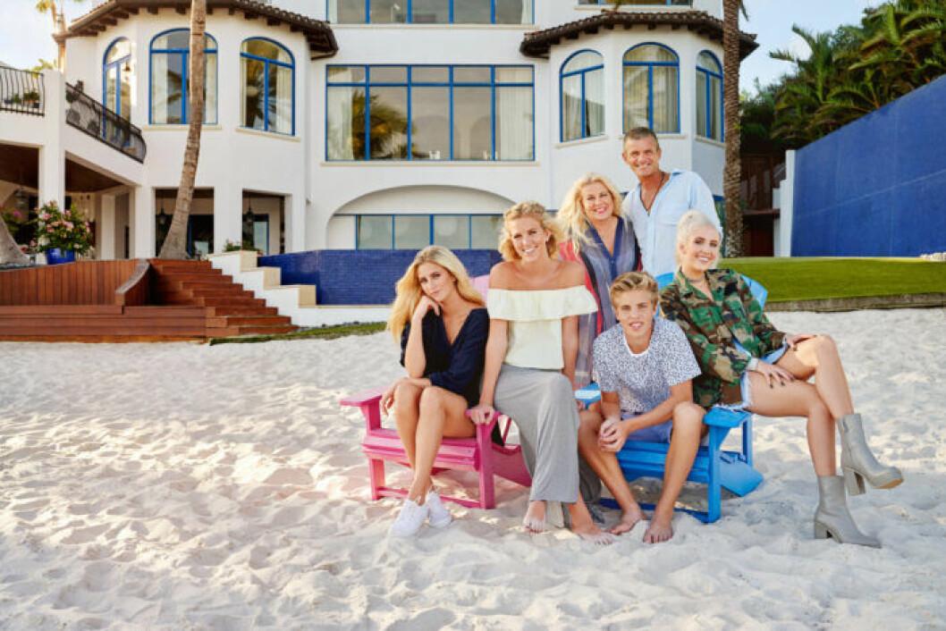 En bild på hela familjen Parnevik, som nu säljer lyxvillan i Florida.